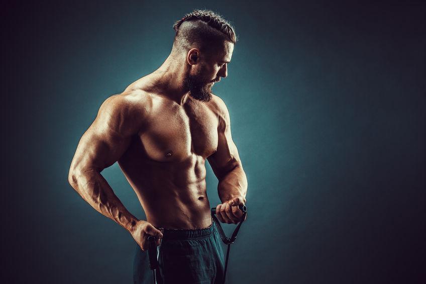 hombre entrenando biceps