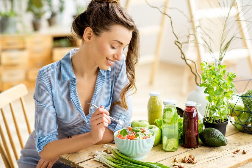 chica comiendo plato vegano