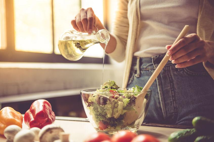preparando ensalada