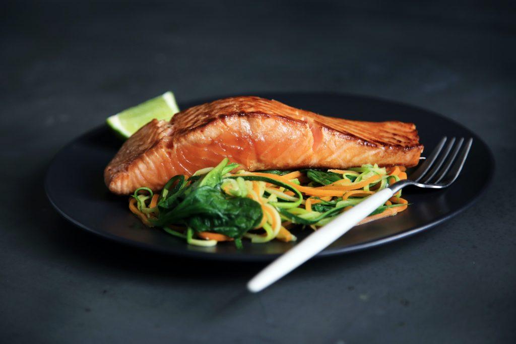 Salmon servido con verduras