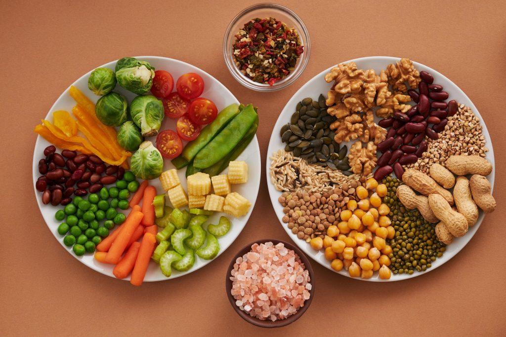 Dos platos de comida vegana