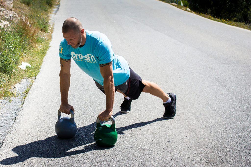 Con la kettlebell podrás ejercitar músculos como los cuádriceps, glúteos y hombros.